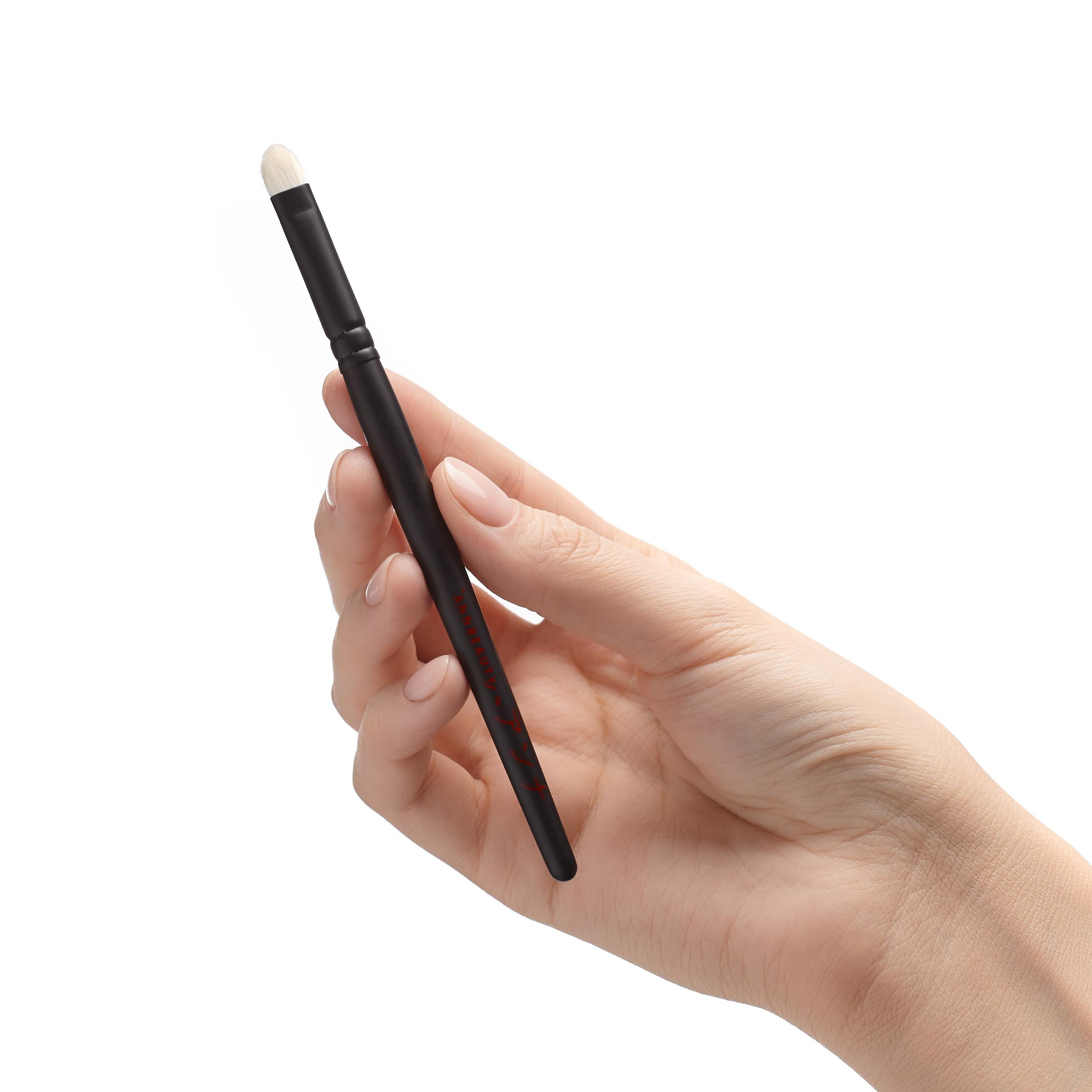 Annbeauty S17 pencil and eyeliner blending brush in hand