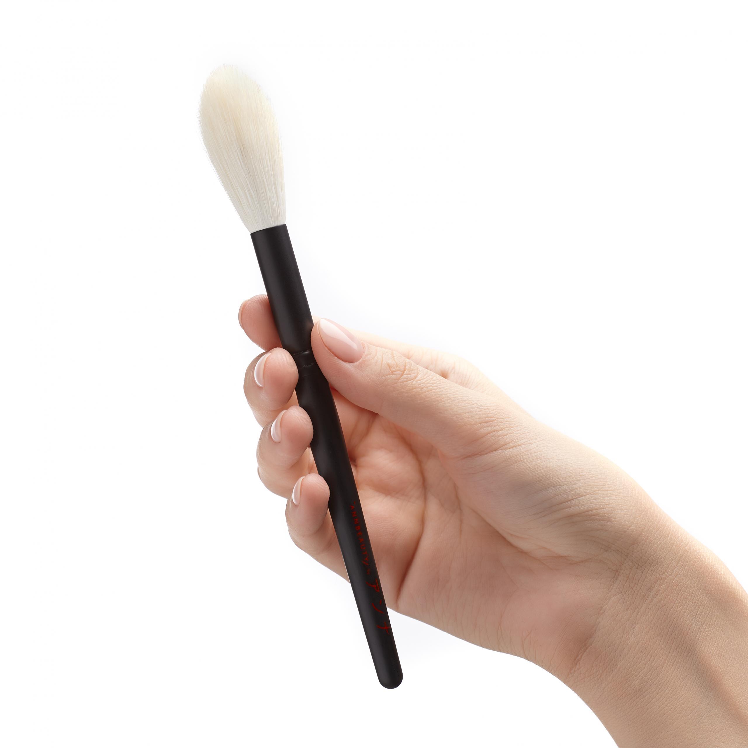 Кисть для сухого скульптурирования Annbeauty S4 в руке